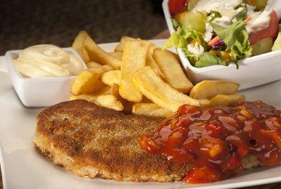 Zigeuner Schnitzel met salade en frites