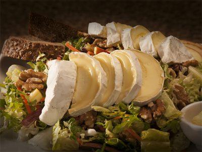 Val Dieu salade (vegetarisch) met Val Dieu kaas, appel, walnoten en lente-uitjes