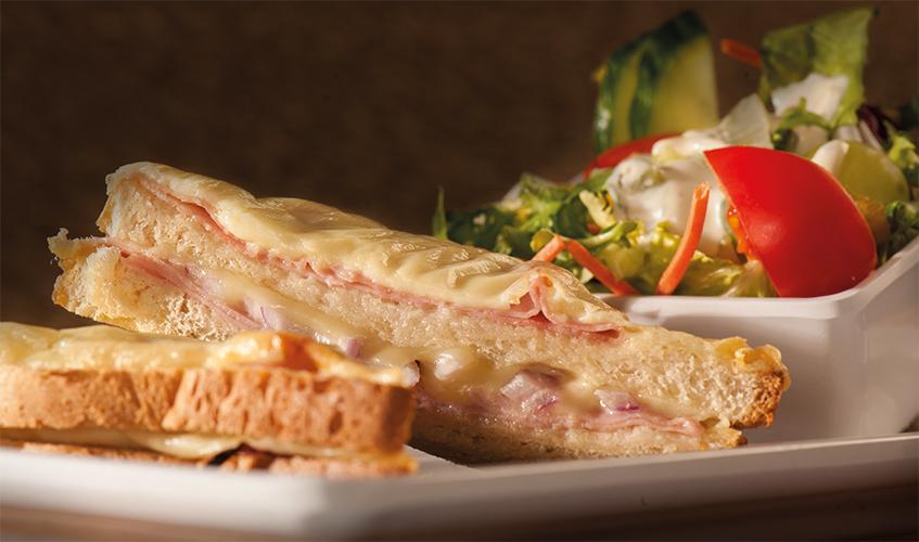 Tosti Zur Bahn | met ham, kaas, tomaat en rode ui