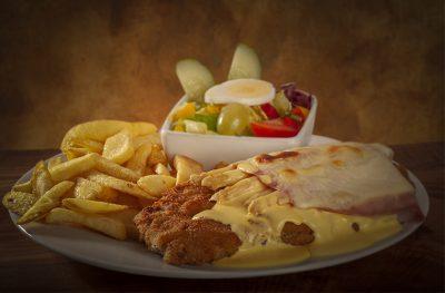 ASPERGES SCHNITZEL met asperges, ham, kaas en hollandaise saus